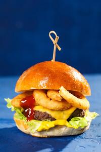 Чизбургер с луковыми кольцами